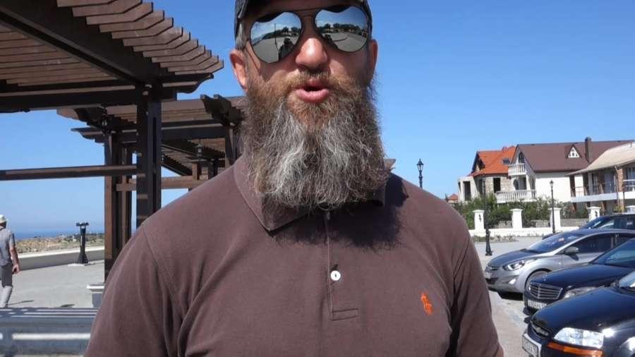 Видео. Монастырская охрана парка уСвято-Георгиевского монастыря не дает работать сторонним экскурсоводам!