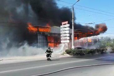 Только что сгорел автомобильный супермаркет
