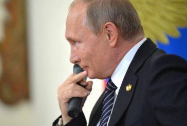 Путин перенес голосование о поправкам в Конституцию и отправил россиян на следующей неделе на выходные, но сам остается работать