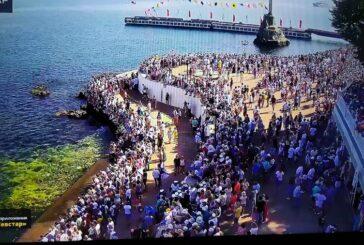 Несмотря на неблагоприятную санэпидобстановку и ограничительные меры, тысячи людей собрались на набережной Корнилова в Севастополе для просмотра парада ВМФ